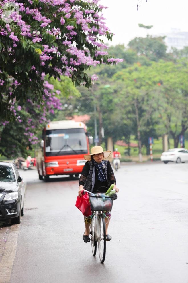 Hà Nội: Người đi đường co ro vì đầu hè bất ngờ trở lạnh như mùa đông - Ảnh 8.