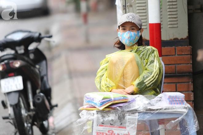 Hà Nội: Người đi đường co ro vì đầu hè bất ngờ trở lạnh như mùa đông - Ảnh 9.