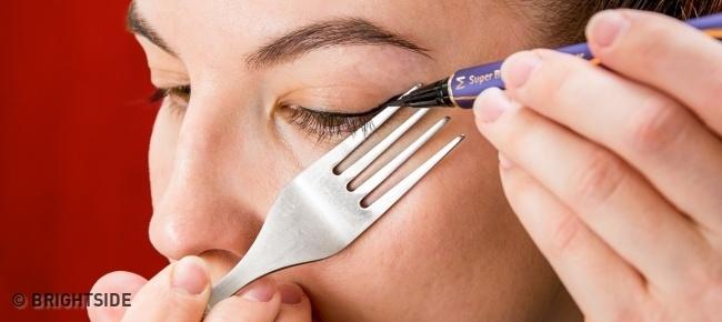 Mỗi khi trang điểm cho mắt thì nhớ vào bếp lấy cái thìa, cái nĩa rồi làm thế này, vừa dễ lại vừa đẹp - Ảnh 3.