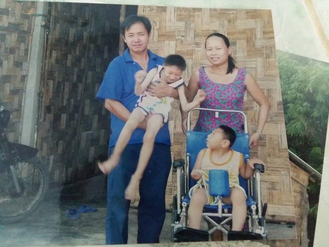 Sự thật về người mẹ để bố đơn thân nuôi 2 bé teo não ở TP.HCM - Ảnh 2.