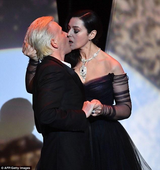 Người mẫu kiêm diễn viên Monica Bellucci (52 tuổi) chịu trách nhiệm dẫn dắt lễ khai mạc LHP Cannes.