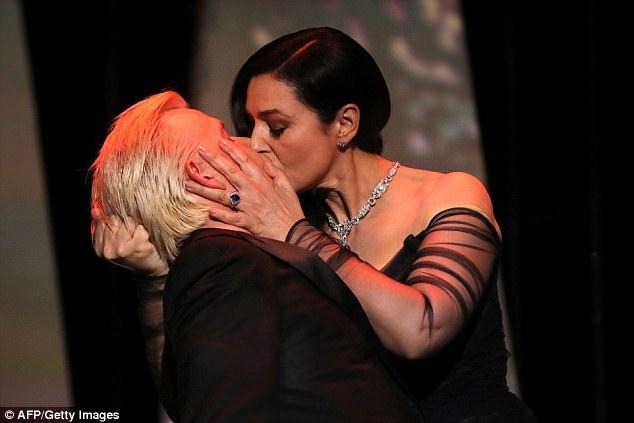Nụ hôn của hai người bạn dẫn được xem là một khoảnh khắc giải trí lãng mạn nhẹ nhàng trước khi bước vào lễ công chiếu bộ phim mở màn.