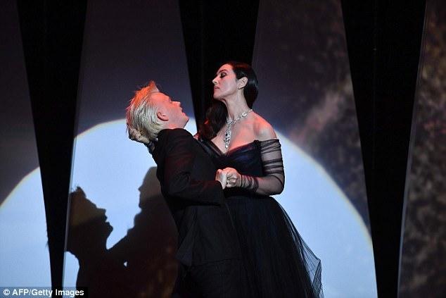 Nụ hôn của Bellucci trên sân khấu là hình ảnh thu hút sự chú ý nhất trong đêm khai mạc.