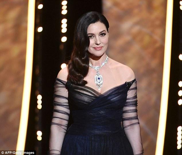 Bộ đầm mà Monica Bellucci lựa chọn cũng rất được khen ngợi bởi vẻ đẹp sang trọng, quyến rũ.
