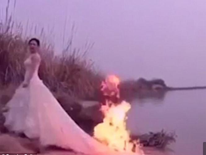 Cô dâu tạo dáng với chiếc váy cưới đang bốc cháy /// Ảnh chụp trang web Daily Mail