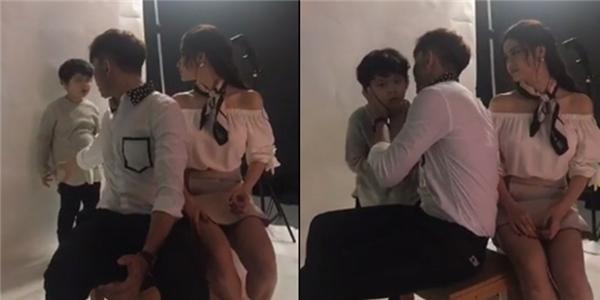 Đồng thời, trong một đoạn clip livestream buổi chụp hình của cặp đôi, con trai của Tim, Trương Quỳnh Anh có vẻ không hợp tác, liên tục quậy phá. Dù cả hai ra sức năn nỉ nhưng bé Sushi vẫn không thể cười để thể hiện chủ đề bộ ảnh là gia đình hạnh phúc. Nhiều ý kiến cho rằng có thể cậu bé cũng đang hiểu những gì diễn ra trong gia đình nên mới có thái độ như thế. - Tin sao Viet - Tin tuc sao Viet - Scandal sao Viet - Tin tuc cua Sao - Tin cua Sao