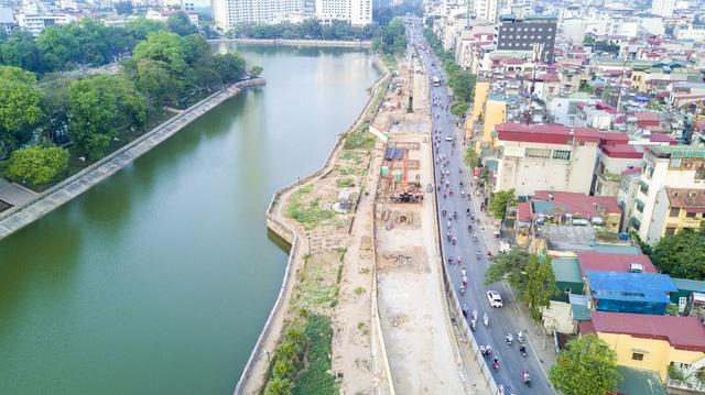 Hàng cây cổ thụ bên hồ Thủ Lệ trên đường Kim Mã (quận Ba Đình) được TP Hà Nội đã được di chuyển để lấy không gian thi công tuyến metro này.