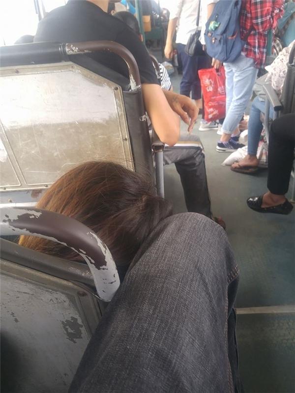 Khoảnh khắc anh chàng 9x che chở bạn nữ bằng hành động tinh tế này khiến nhiều cư dân mạng tỏ ra ghen tỵ (Ảnh chụp màn hình)