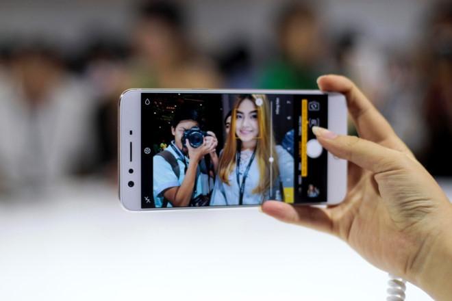 Loat smartphone hap dan trong tam gia 10 trieu hinh anh 2