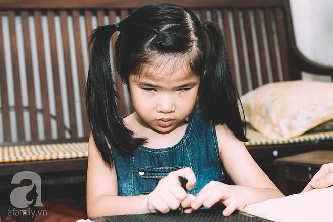 Mẹ bé khiếm thị gây sốt Vietnam Idol Kids: Tôi đã khóc rất nhiều khi con mình chẳng nhìn thấy gì cả! - Ảnh 1.
