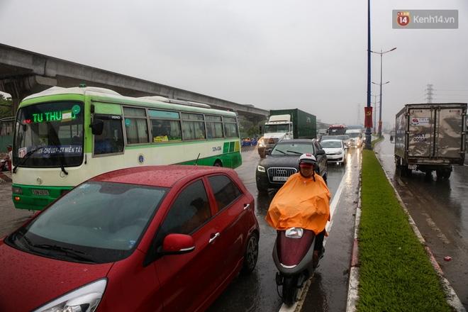 Mưa lớn gây ngập nặng trên Xa Lộ Hà Nội, giao thông ùn ứ nghiêm trọng - Ảnh 3.