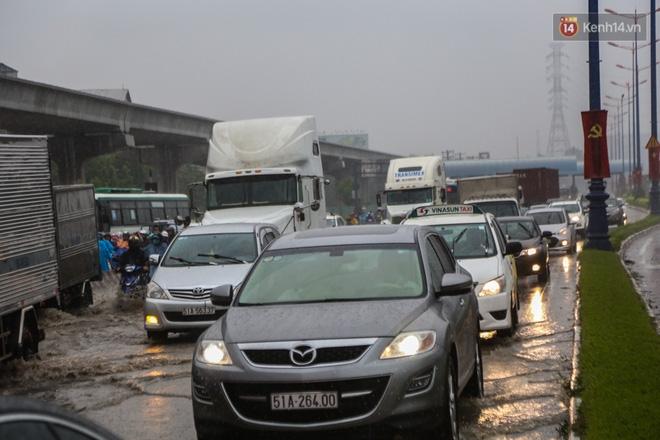 Mưa lớn gây ngập nặng trên Xa Lộ Hà Nội, giao thông ùn ứ nghiêm trọng - Ảnh 5.