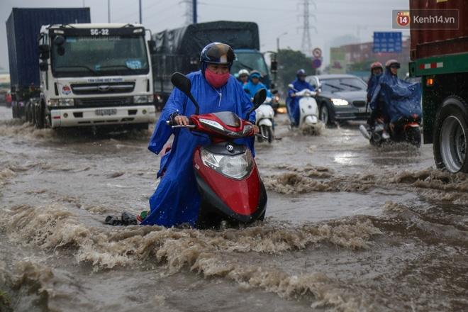 Mưa lớn gây ngập nặng trên Xa Lộ Hà Nội, giao thông ùn ứ nghiêm trọng - Ảnh 6.