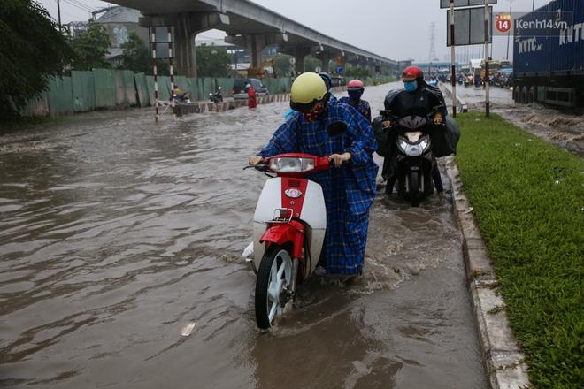 Mưa lớn gây ngập nặng trên Xa Lộ Hà Nội, giao thông ùn ứ nghiêm trọng - Ảnh 7.