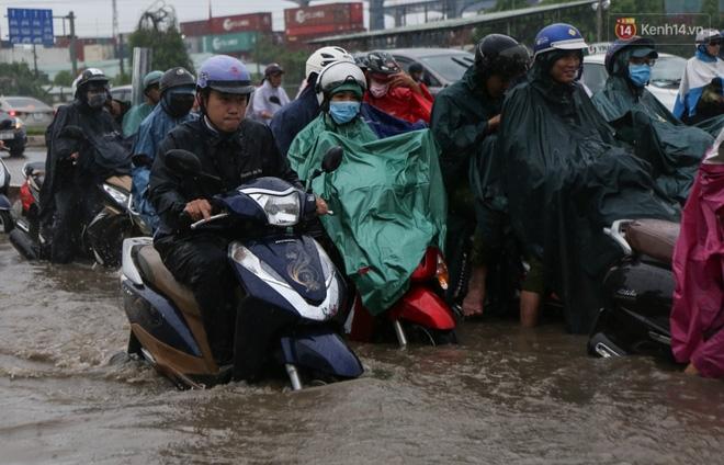 Mưa lớn gây ngập nặng trên Xa Lộ Hà Nội, giao thông ùn ứ nghiêm trọng - Ảnh 8.