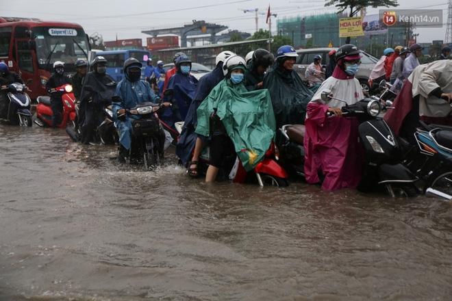 Mưa lớn gây ngập nặng trên Xa Lộ Hà Nội, giao thông ùn ứ nghiêm trọng - Ảnh 9.