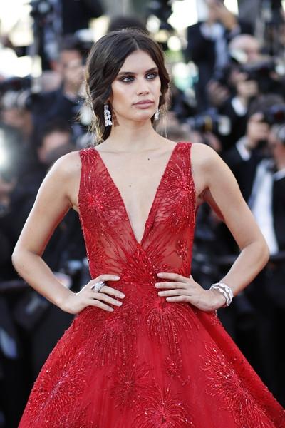 Thiên thần của hãng Victorias Secret diện bộ váy dạ hội đỏ rực kiêu sa và sang trọng
