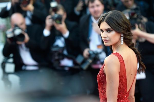 Người đẹp tới từ Bồ Đào Nha cuốn hút trên thảm đỏ với gương mặt trang điểm hoàn hảo