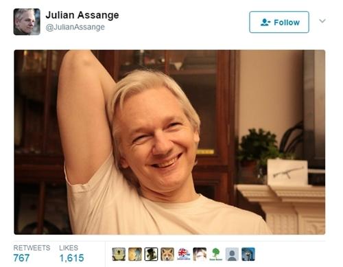 Hình ảnh Assange tươi cười mới được đăng trên tài khoản Twitter. Ảnh chụp màn hình: Twitter