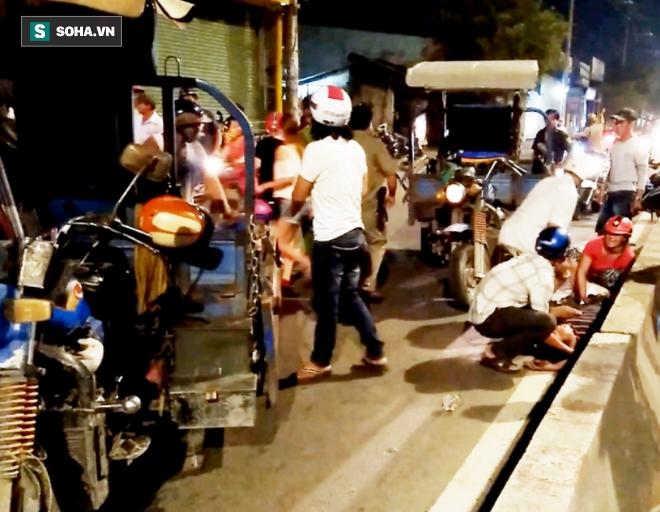 Xe ba gác tông xe máy, 4 người nhập viện cấp cứu - Ảnh 1.