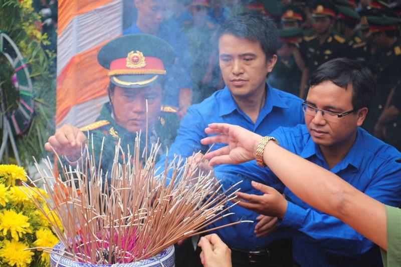 Xuc dong tai le an tang 12 hai cot liet si hy sinh tai Lao ve dat me hinh anh 7