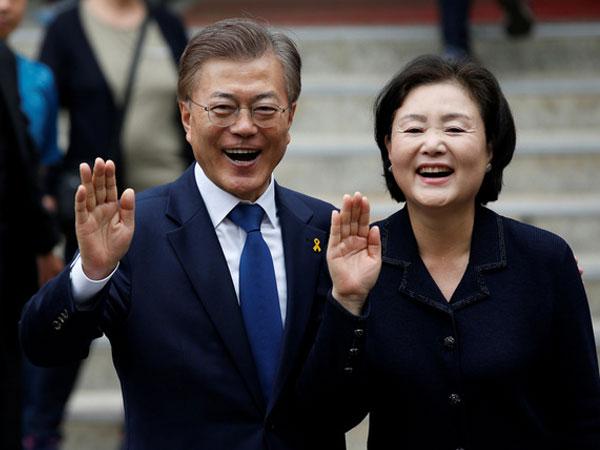 """Món quà """"ẩn ý"""" của Đệ nhất phu nhân Hàn Quốc dành cho lãnh đạo các đảng"""
