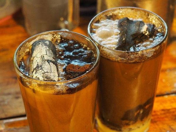 Đi uống cà phê kèm than để chữa đầy hơi, buồn nôn, tiêu chảy