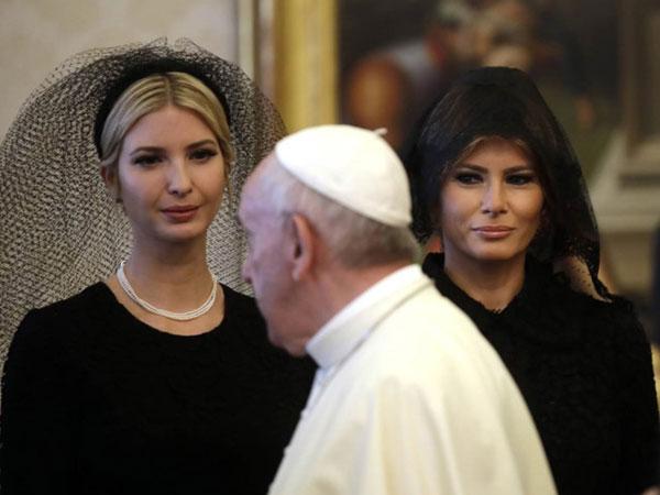 Vì sao bà Melania trùm đầu khi gặp Giáo hoàng?