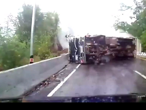 Kinh hoàng xe tải mất lái trên đường trơn trượt
