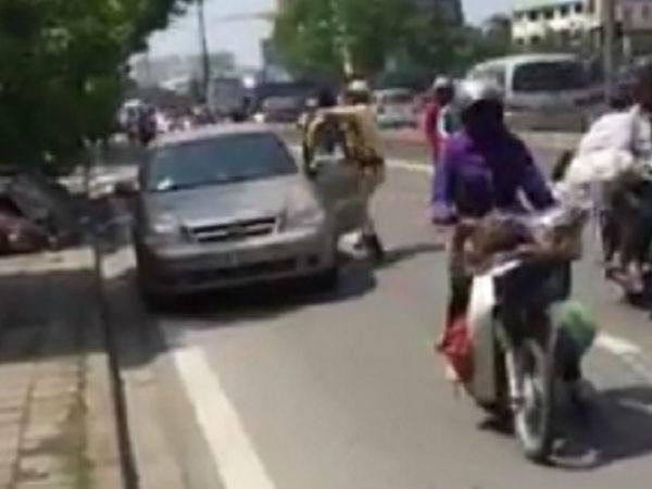 Video: CSGT bất ngờ khống chế lái xe giữa phố Hà Nội