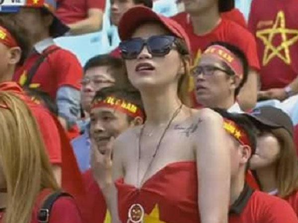CĐV nữ Việt Nam 'bỗng dưng' nổi tiếng vì vẻ đẹp sexy sau trận đấu với U20 Honduras
