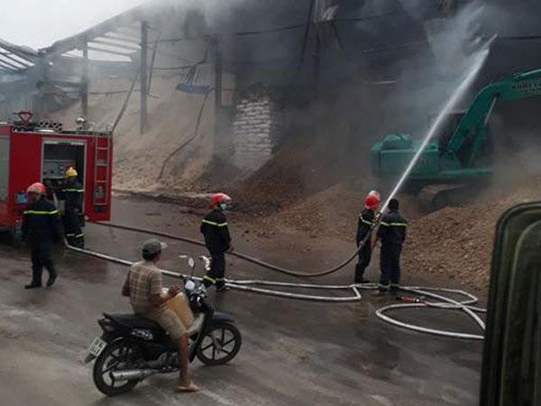 Kho chứa hàng chục ngàn tấn nông sản âm ỉ cháy hơn 1 ngày