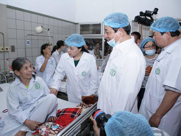Bộ trưởng Y tế: Khẩn trương tìm nguyên nhân tai biến ở Hòa Bình
