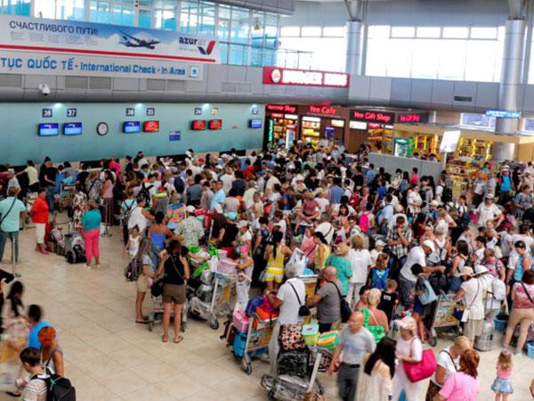 Du khách Trung Quốc 'ăn vạ' ở sân bay đã đồng ý xuất cảnh về nước