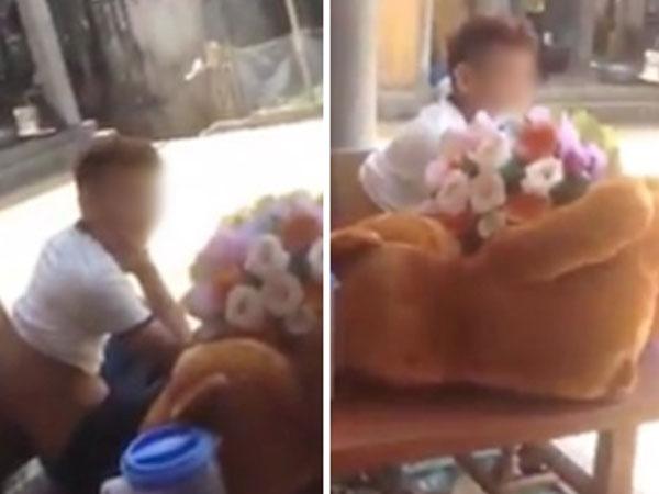 Liên tục bị người yêu cũ đòi 500 nghìn, cô gái mua gấu và hoa mang đến tận nhà để được