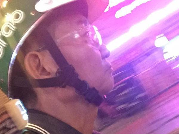 Bác tài xế GrabBike làm việc cật lực dưới trời nóng như đổ lửa, gom góp tiền mua điện thoại lại bị