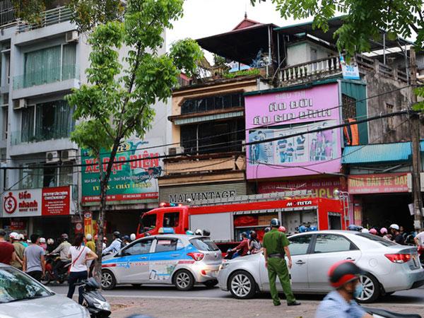 Cháy cửa hàng quần áo mặt đường Láng đúng giờ cao điểm, hàng trăm phương tiện di chuyển khó khăn