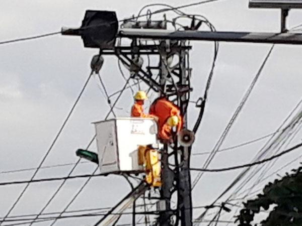 Công nhân điện lực bị điện giật bất tỉnh trên trụ điện
