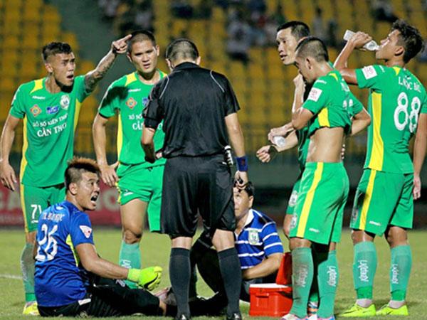 Chí Công lĩnh án phạt bổ sung vì giẫm đạp cầu thủ U20 Việt Nam