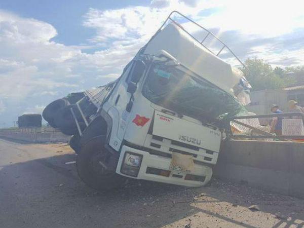 Nổ lốp, xe tải chở hàng chục tấn hoa quả