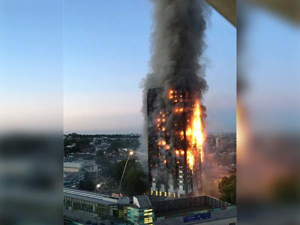 Nạn nhân đám cháy ở London ôm nệm nhảy từ tầng cao xuống