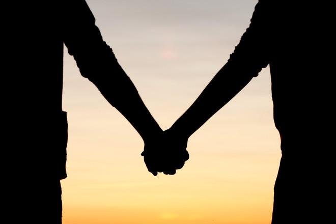Đã bao lâu rồi vợ chồng bạn không nắm tay nhau? Cử chỉ đơn giản này có ích đến bất ngờ... - Ảnh 1.