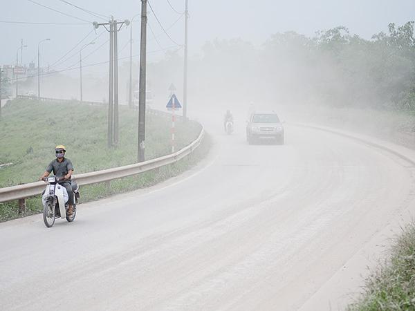 Cảnh bụi mù như sương, xe tải
