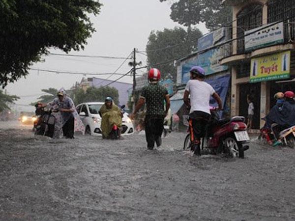Đường phố Sài Gòn lại thành sông sau mưa lớn