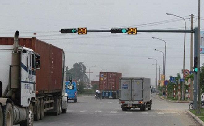 Dừng xe lúc đèn xanh bị cảnh sát giao thông phạt có đúng không?