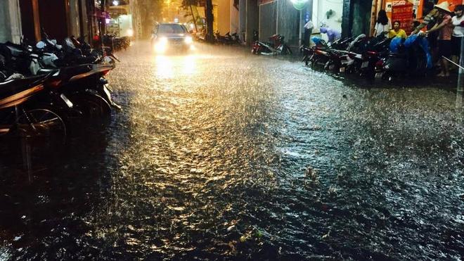 [CẬP NHẬT] Hà Nội mưa xối xả, nhiều tuyến đường ngập sâu - Ảnh 2.