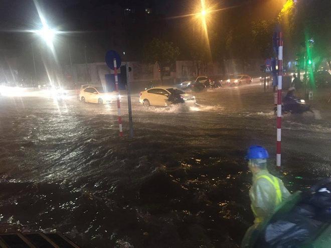 [CẬP NHẬT] Hà Nội mưa xối xả, nhiều tuyến phố ngập rất sâu - Ảnh 1.
