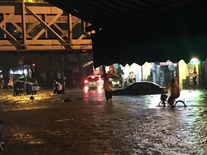 [CẬP NHẬT] Hà Nội mưa xối xả, nhiều tuyến phố ngập rất sâu - Ảnh 2.