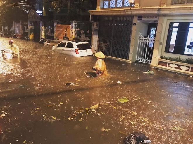[CẬP NHẬT] Hà Nội mưa xối xả, nhiều tuyến phố ngập rất sâu - Ảnh 3.