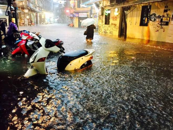 [CẬP NHẬT] Hà Nội mưa xối xả, nhiều tuyến phố ngập rất sâu - Ảnh 4.